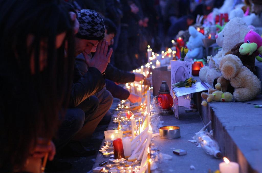Свечи и цветы в память о семье, убитой в Гюмри. Ереван, Армения