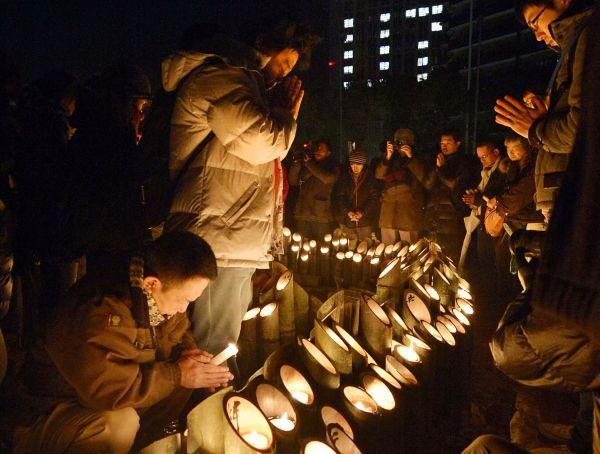 Япония вспоминает погибших 20 лет назад от землетрясения в Кобе