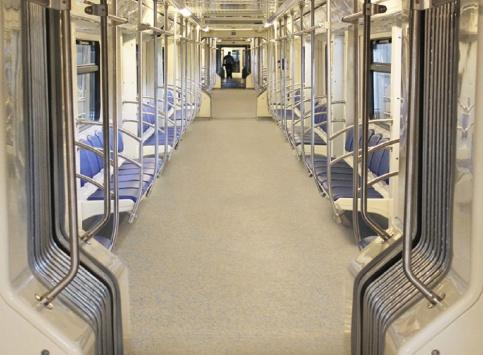 Новые поезда со сквозным проходом между вагонами поступят в московское метро