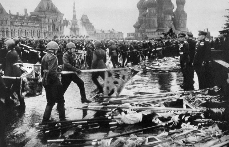 Участники Парада Победы бросают к подножию Мавзолея Ленина боевые знамена разгромленной фашистской армии, 1945 год