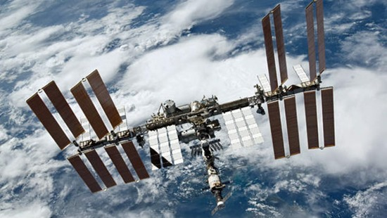 На МКС астронавтам пришлось переселиться в российский модуль из-за утечки аммиака