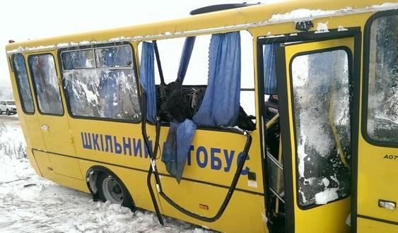 Военные столкнулись со школьным автобусом, пострадали дети
