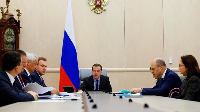 Медведев проведет с правительством серию антикризисных совещаний. Медведев, правительство РФ, экономика и бизнес идео, пр