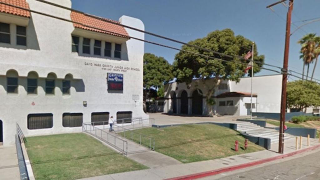 Мужчина зарезал подростка ножницами у школы в Лос-Анджелесе. Лос-Анджелес,США,дети и подростки,нападения,школы.