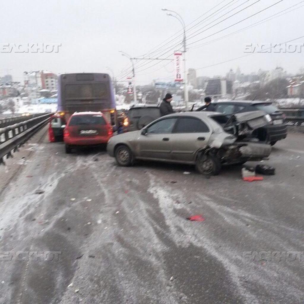 В Воронеже на Чернавском мосту столкнулись 8 машин и автобус