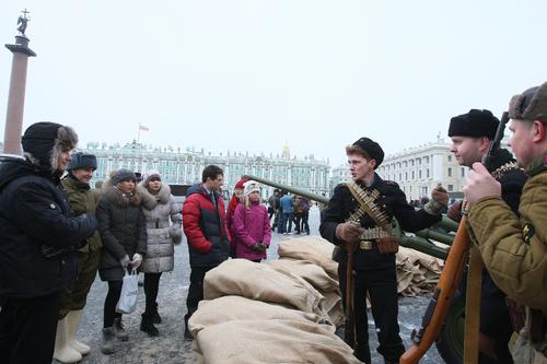 Один из уголков Дворцовой площади вчера словно вернулся в блокадные дни: матросы и ополченцы с винтовками, пушка, мешки с песком