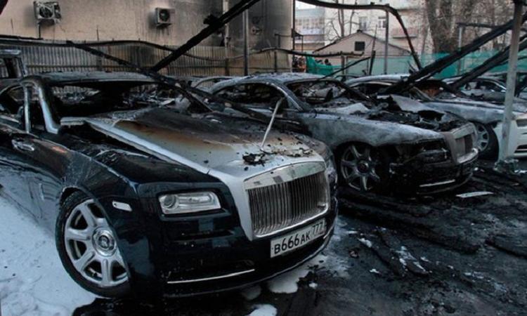 на парковке на Рублевке сгорели 7 дорогих иномарок