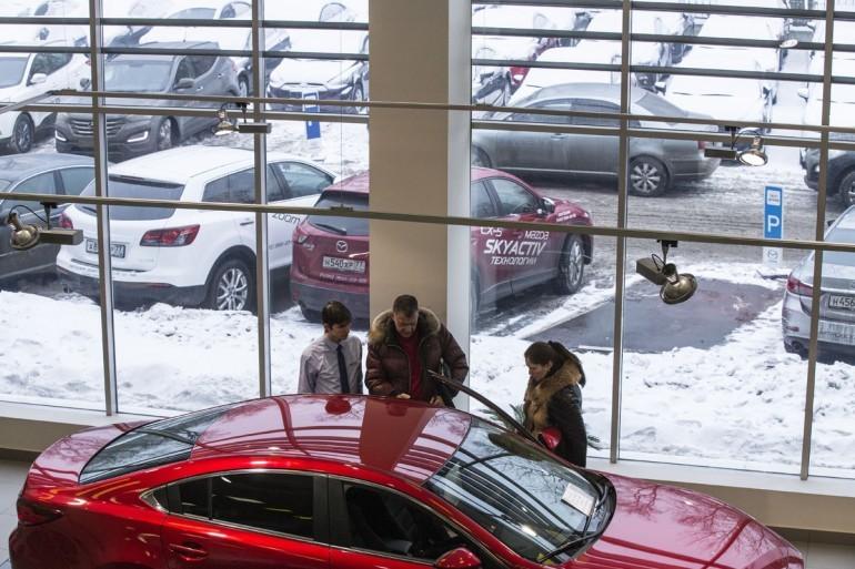 Продажи автомобилей в России в 2015 году упадут на 24%