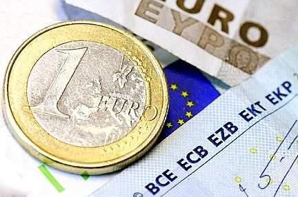 Евро упал к доллару до 11-летнего минимума
