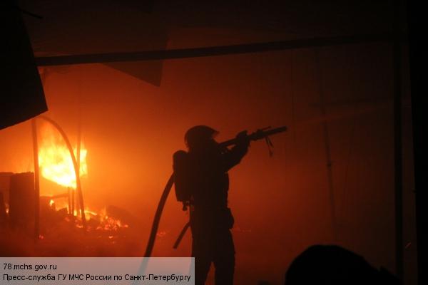 На шоссе Революции 25 пожарных тушили склад стройматериалов