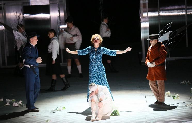 Сцена из оперы В.А.Моцарта 'Свадьба Фигаро' во время пресс-прогона в московском театре 'Новая опера'