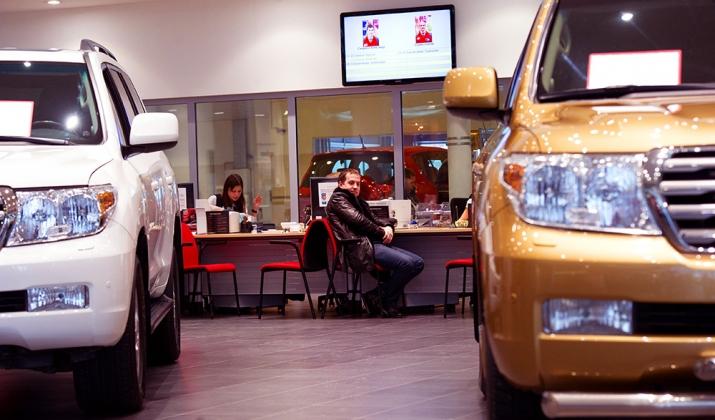 Продажи легковых автомобилей в России упали более чем на 10%