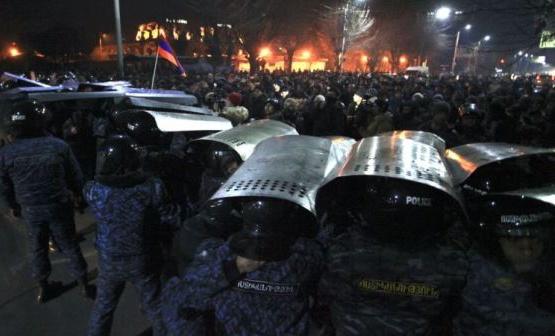 В Гюмри и Ереване полиция с трудом сдерживала людей.