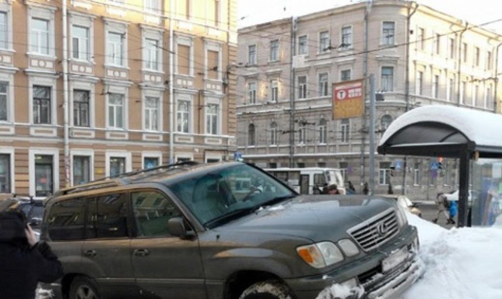 В Петербурге эвакуировали автомобиль с ребенком в салоне