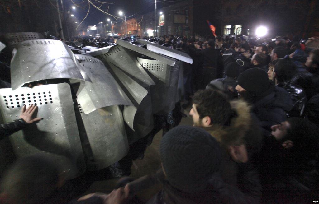 Столкновения протестующих и полиции в Гюмри, где была убита армянская семья.